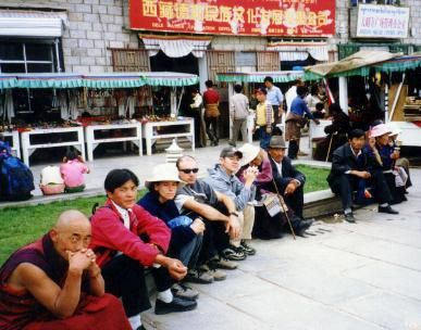 チベット ラサ大昭寺 八角街の僧侶